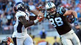 Greg Olsen (88) von den Panthers zieht an Danny Trevathan (59) von den Broncos vorbei.