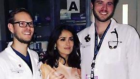 Promi-News des Tages: Salma Hayek muss im Nackt-Shirt in die Notaufnahme