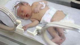 Das Foto zeigt ein anderes chinesisches Frühchen, dem es hoffentlich mindestens genauso geht wie dem Säugling aus Zhejiang.