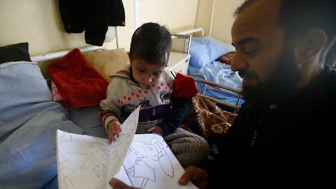 Die fünf Jahre alte Sheima verlor ihr Augenlicht durch eine Streubombe - ihr Vater beschreibt ihr in einer Klinik den Inhalt eines Bilderbuches.