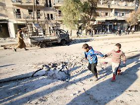 Einschlagskrater in den Straßen von Aleppo: Die einstige Millionenstadt wird unbewohnbar.