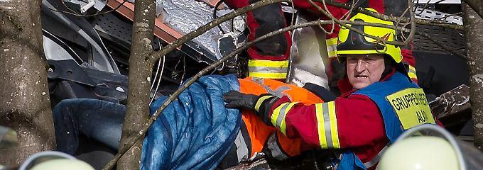 Einige der Opfer können nur mit schwerem Gerät aus dem Zugwracks befreit werden.
