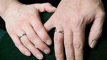 Wer eine neue Lebensgemeinschaft begründet, verliert die Steuervorteile der Ehe.