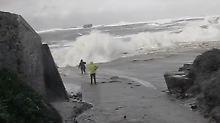Gefährliche Brandung: Welle zieht Ehepaar ins Meer