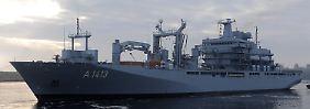 """Der Einsatzgruppenversorger (EGV) """"Bonn"""" führt den Marineverband an. Hier noch im Marinestützpunkt Wilhelmshaven."""