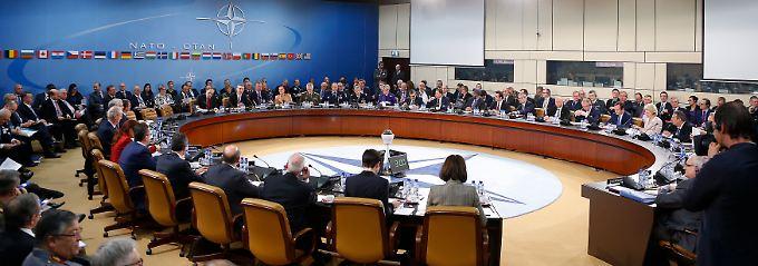 Große Runde in Brüssel: Bundesverteidigungsminister Ursula von der Leyen nimmt für Deutschland teil.