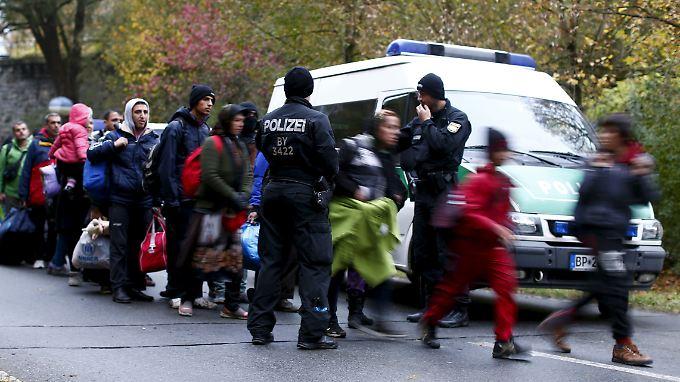 Konsequent wird an Deutschlands Grenzen nur in Ausnahmefällen kontrolliert. Im Spätsommer ließ Kanzlerin Merkel zudem bewusst Flüchtlinge einreisen, für die eigentlich andere EU-Staaten zuständig gewesen wären.