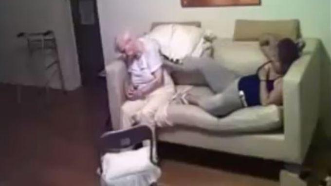 """Screenshot aus dem Video: Die """"Pflegerin"""" tritt nach der Seniorin."""