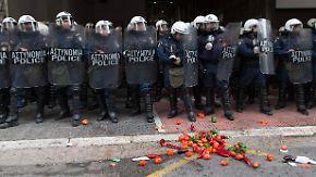 Mit Tomaten gegen Schlagstöcke: Bauern stürmen Landwirtschaftsministerium in Athen