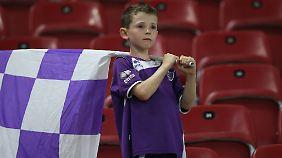 Er ist noch zu jung für den Job, wird den neuen Kicker der SK Austria Klagenfurt jedoch tatkräftig supporten.