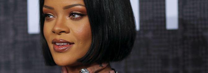 Im Rahmen der Fashion Week in New York präsentiert Rihanna ihre Auftakt-Kollektion für die Modewelt. Der sonst so souveräne Super-Star wirkt nervös auf dem roten Teppich - kurz vor ihrer Catwalk-Show.