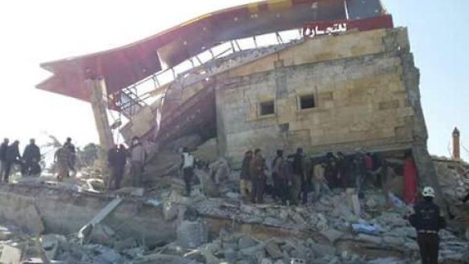 Die Trümmer zeugen von der Wucht der Einschläge: Bei Twitter veröffentlicht Ärzte ohne Grenzen erste Aufnahmen aus Syrien.