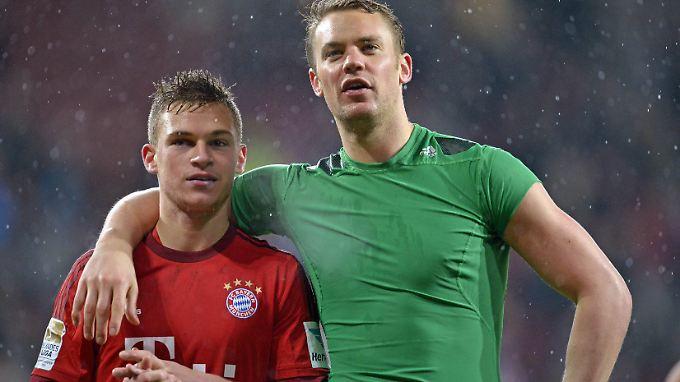 Na Kleiner, gut gemacht: Für Defensiv-Aushilfe Joshua Kimmich gibt's eine väterliche Umarmung von Torwart-Titan Manuel Neuer.