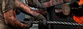 Ein schmutziges Geschäft, das bis vor kurzem noch überaus lukrativ war: Der Ölpreisverfall trifft die Förderstaaten an schmerzhaften Stellen.