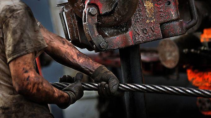 Ein schmutziges Geschäft, das bis vor kurzem noch überaus lukrativ war: Der Ölpreisverfall trifft die Förderstaaten hart.