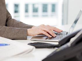 Während der Arbeitszeit das Internet für private Zwecke zu nutzen, ist heikel. Gibt es keine Betriebsvereinbarung zumThema, fragt man am besten beim Chef nach.