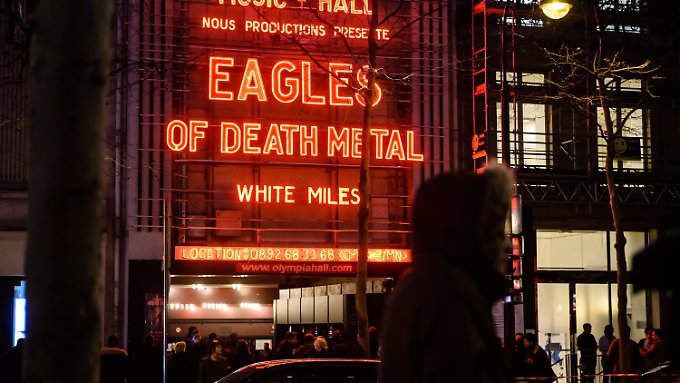 """Vor dem Pariser Club """"Olympia"""" stehen die Besucher Schlange - auch Überlebende der Terroranschläge sind unter ihnen."""