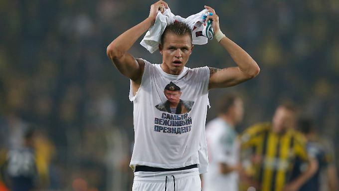 """""""Der höflichste Präsident der Welt"""": Dimitri Tarasow von Lokomotive Moskau präsentierte nach Abpfiff in Istanbul ein T-Shirt mit Botschaft."""