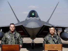 Der Vize-Kommendeur der US-Streitkräfte in Südkorea tritt mit dem südkoreanischen Luftwaffenchef vor die Presse: Terrence J. O'Shaughnessy (l.) und Lee Wang-Geun freuen sich über die Verstärkung.