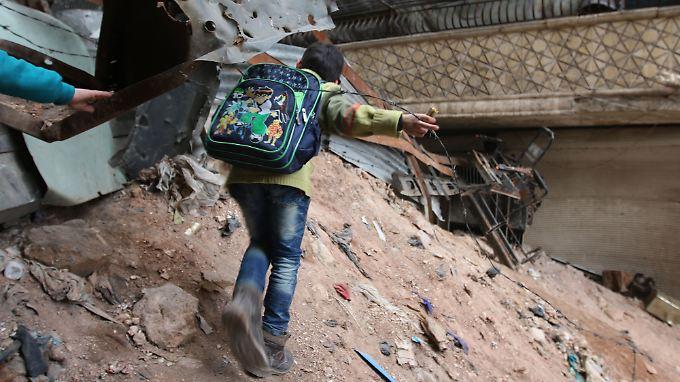 Alltag in Aleppo: Die Menschen versuchen sich, durch die Trümmer der Stadt zu schlagen.