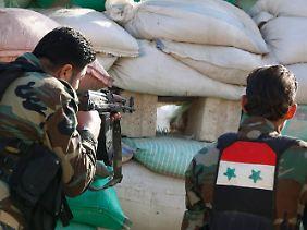 In der Offensive: Syrische Regierungssoldaten bekämpfen ein Widerstandsnest in Duma nahe Damaskus.