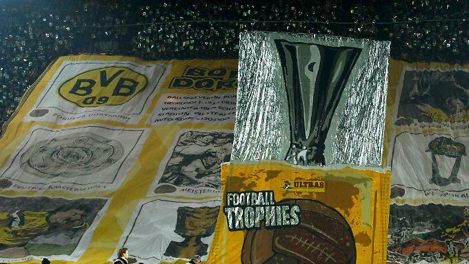 Diesen Pokal will der BVB am Saisonende in den Händen halten.