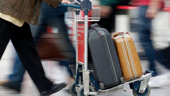 Das Gepäck wird eingecheckt und wird dann einer längeren  Sicherheitsüberprüfung unterzogen.