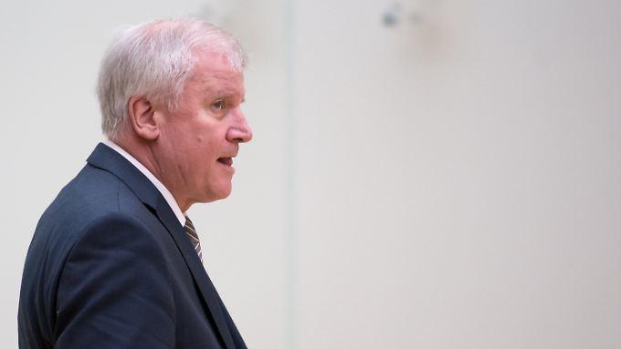 CSU-Parteichef Horst Seehofer hält an einer Obergrenze fest.