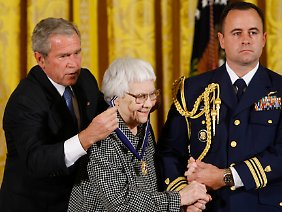 "Der damalige US-Präsident Bush verlieh Harper Lee 2007 die ""Medal of Freedom""."
