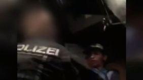 Grölender Mob in Clausnitz: Flüchtlingskind wird von Polizist aus dem Bus gezerrt