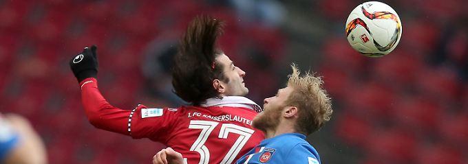 Haare schön: Kaiserslautern Markus Karl und Heidenheims Sebastian Griesbeck.
