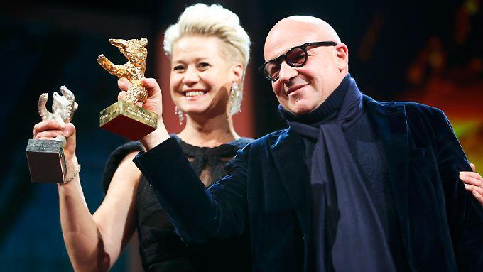 So sehen Sieger aus: Schauspielerin Trine Dyrholm und Regisseur Gianfranco Rosi halten ihre Trophäen hoch.
