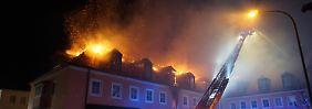 Polizei: Hinweise auf Brandstiftung: Gaffer bejubeln brennendes Flüchtlingsheim