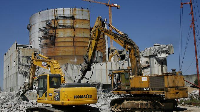 Im Jahr 2008 rissen Bagger das Kernkraftwerk in Arneburg ab: So soll es auch den anderen deutschen Atommeilern ergehen.