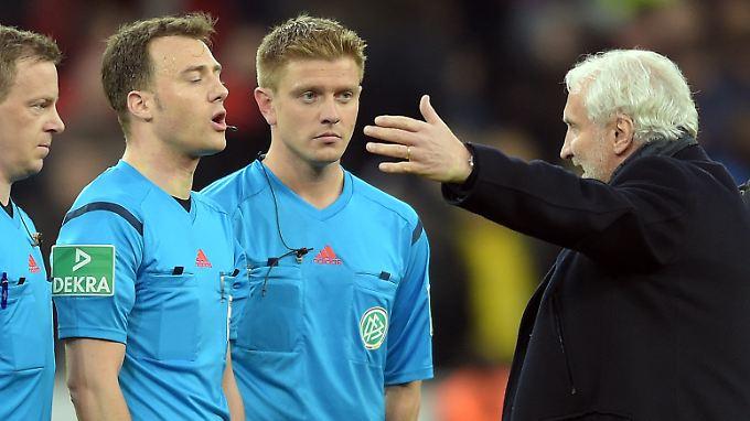 """""""Aber das muss man jetzt doch nicht so aufpumpen die Nummer"""": Rudi Völler, hier mit Schiedsrichter Felix Zwayer."""