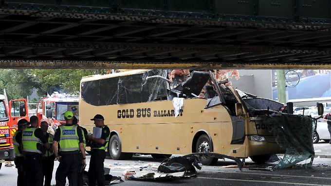 Vom Vorderteil des Busses blieb nicht viel übrig.