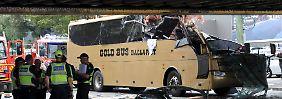 Schlimmer Unfall endet glimpflich: Bus kracht in tief hängende Brücke