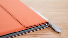 Wie für Surface Pro und iPad Pro gibt's auch fürs MateBook einen Eingabestift. An der rechten Seite sitzt ein Fingerabdrucksensor.