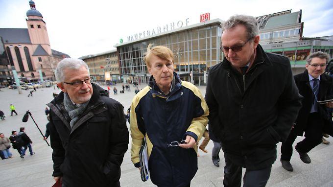 """Der Vorsitzende des Parlamentarischen Untersuchungsausschusses """"Silvesternacht"""" Peter Biesenbach von der CDU (M.) unterwegs mit dem SPD-Obmann, Hans-Willi Körfges (l.) und dem Polizeidirektor Georg Schulz (r.)"""