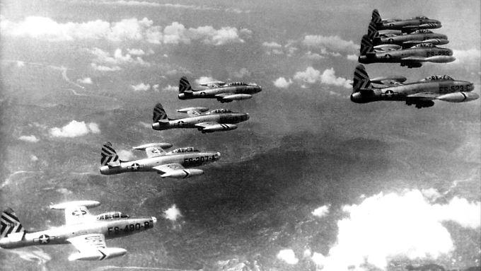 Amerikanische Düsenjäger vom Typ F-84 über Nordkorea (undatierte Aufnahme). Der Koreakrieg wurde am 25. Juni 1950 durch den Einmarsch nordkoreanischer Truppen in Südkorea ausgelöst.