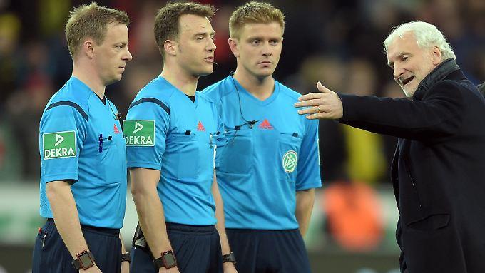 Leverkusens Sportdirektor Völler unterhält sich nach dem Spiel mit Schiedsrichter Felix Zwayer (2. v.l.): Nach der Zwangsunterbrechung gibt es Klärungsbedarf.