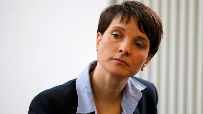 """Nach Clausnitzer Protesten: AfD-Chefin Frauke Petry spricht von einer """"unsachlichen Symptomdebatte""""."""
