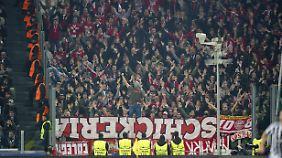 Viele Bayern-Fans konnten ihr Team gegen Juve erst ab der zweiten Halbzeit unterstützen. Aus Protest hingen sie ihre Banner falsch herum auf.