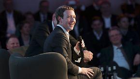 Ein Preis und Hasskommentare: Zuckerberg durchlebt in Berlin volle Smiley-Palette