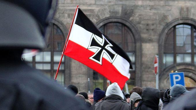 Demonstranten stehen auf dem Schlesischen Platz vor dem Bahnhof Neustadt in Dresden.