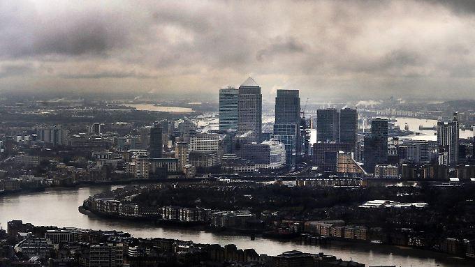 Dunkle Wolken über der Londoner City, dem Finanzzentrum Großbritanniens.