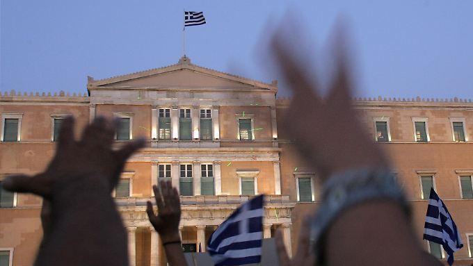 Demonstranten protestieren vor dem griechischen Parlament gegen die Austeritätspolitik.