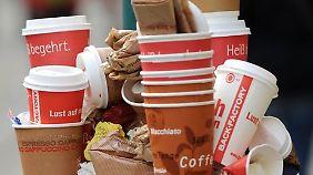 Kunststoffbeschichtung und selten aus Recyclingmaterial: Viele denken nicht daran, wie umweltschädlich die Becher sind.