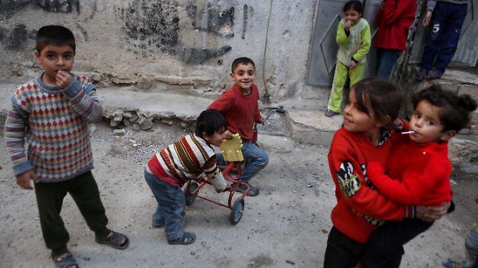 Kinder wagen sich zum Spielen auf die Straße.