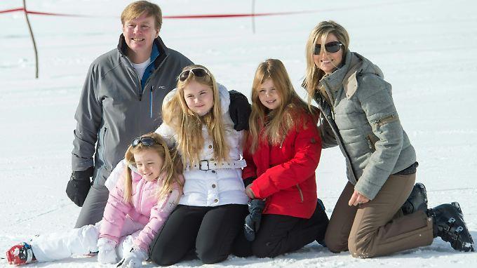 Das Mädchen rechts neben Maxima ist Prinzessin Alexia.